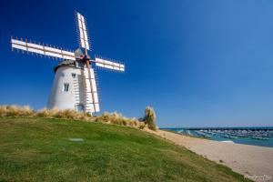 Photo du moulin de jard sur mer en Vendée avec herbe verte