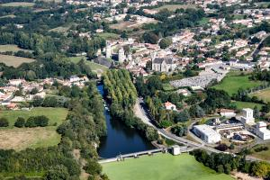 Photo aerienne apremont ville lac barrage chateau