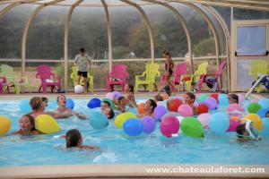 Photo des animations en piscine nocturne d'un camping
