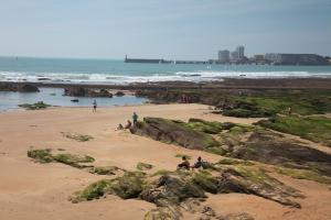 Photo plage rocher et fond phare les sables
