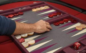 Photo du backgammon avec une main