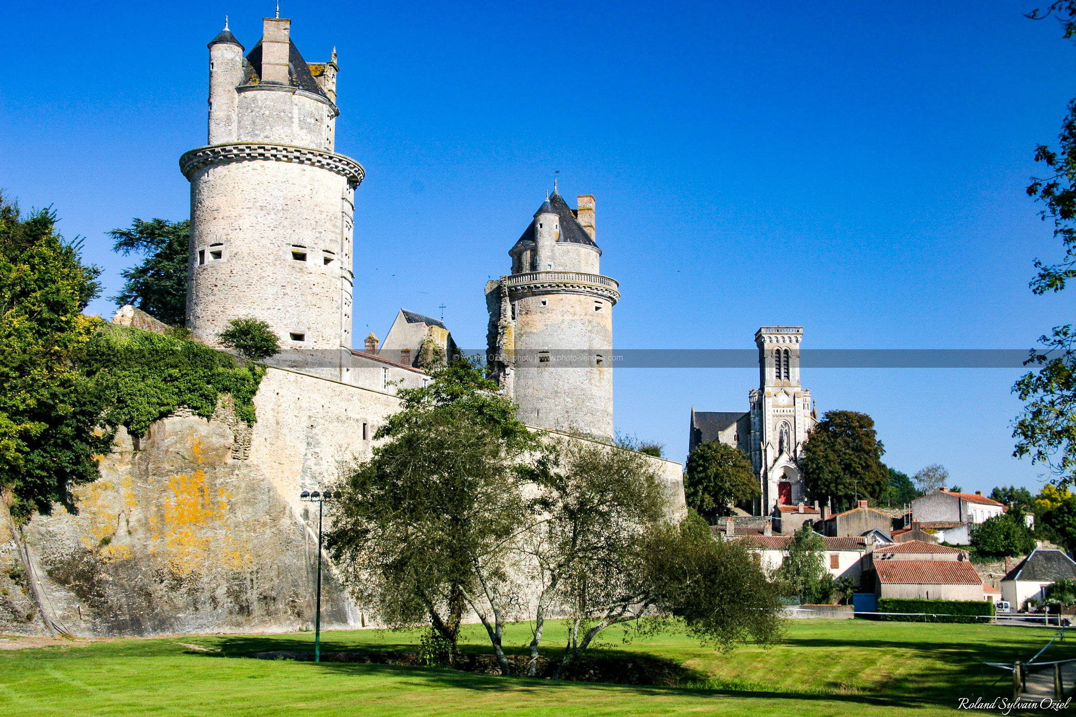 Photo chateau et eglise d'apremont en Vendée
