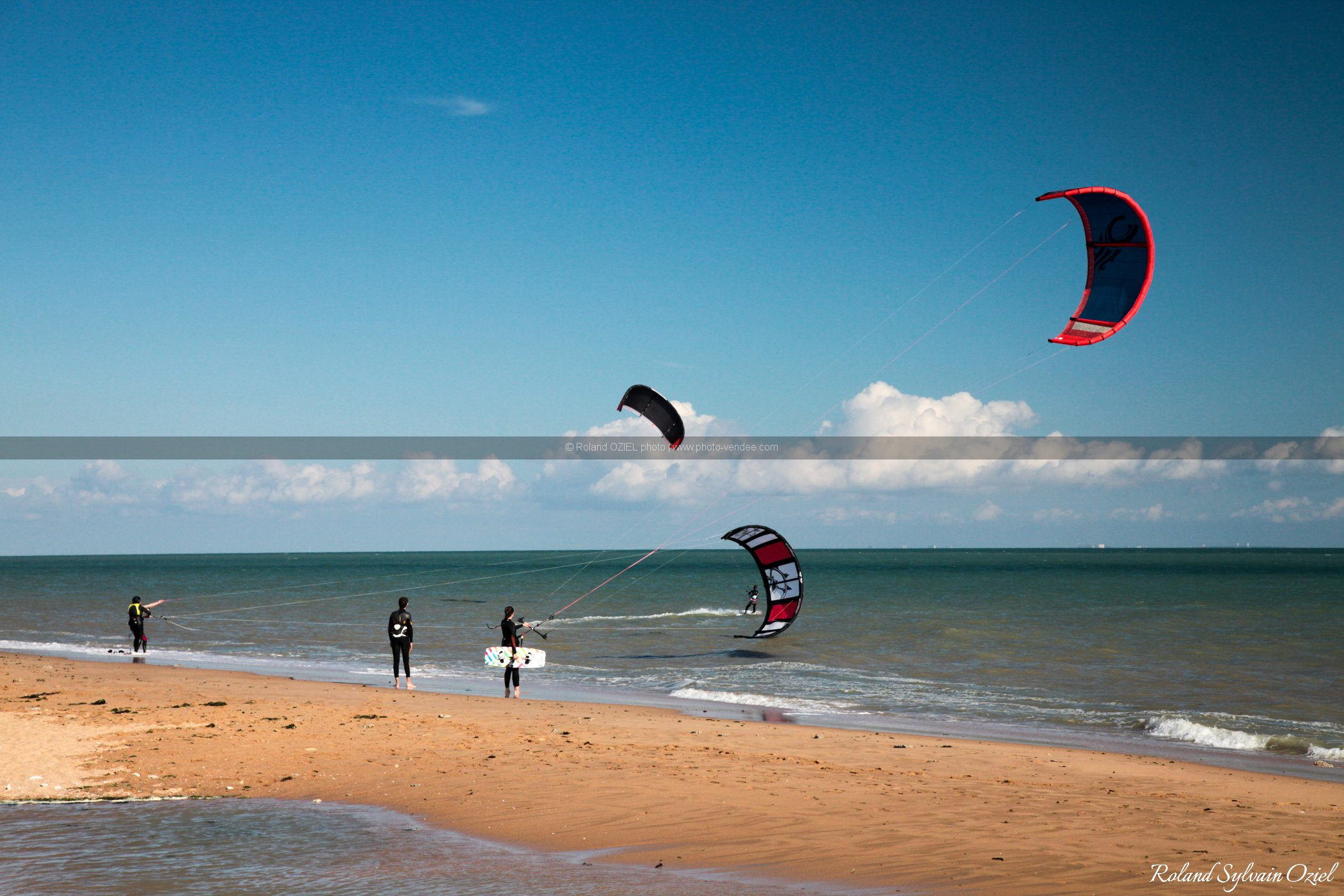 Photo la tranche sur mer kite surf sur la plage