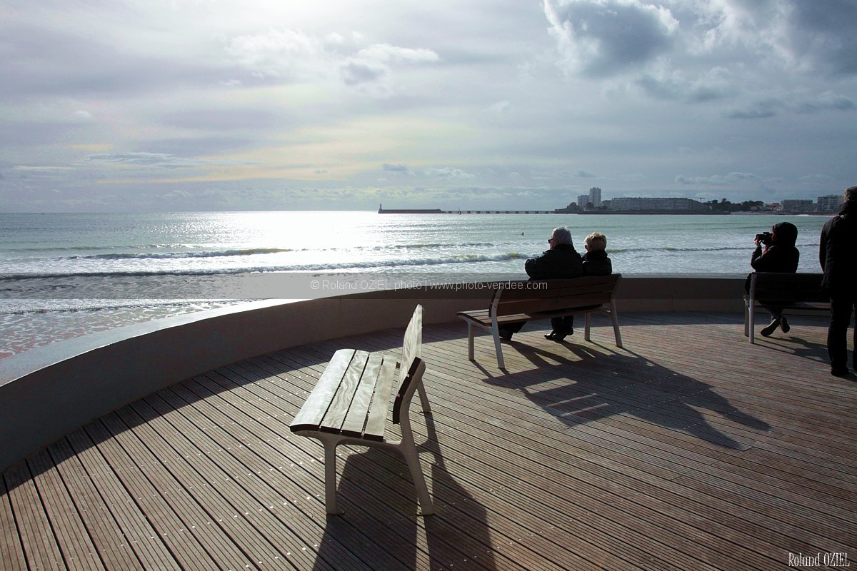 vue sur la mer du remblai des sables d 39 olonne assis photo vend e. Black Bedroom Furniture Sets. Home Design Ideas