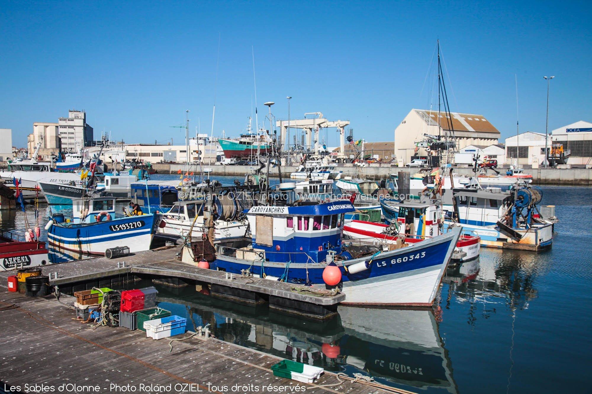 Groupe de bateau sur le port de peche des sables d 39 olonne - Restaurant le port les sables d olonne ...
