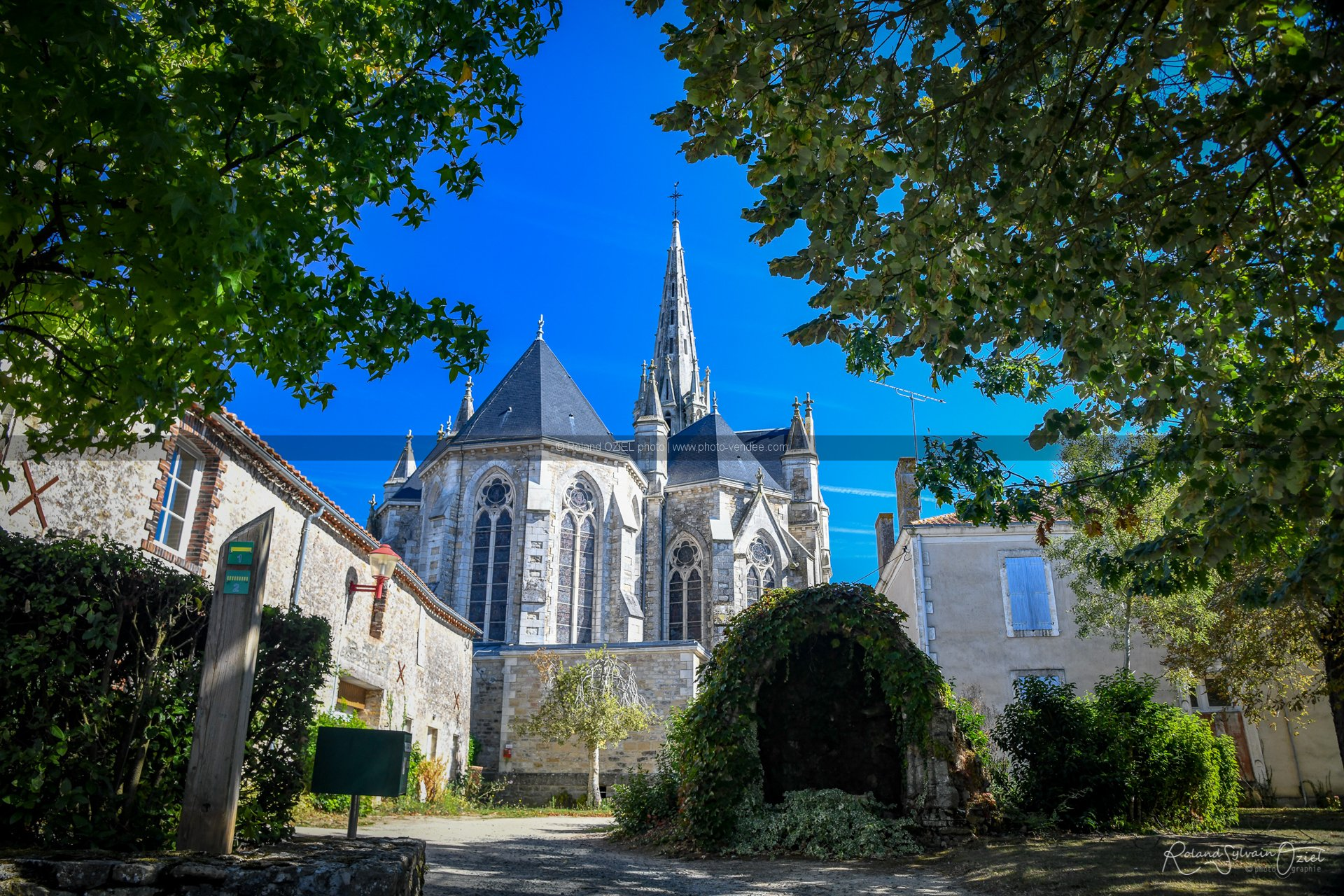 Photo d'une église de province en vendée sainte cécile