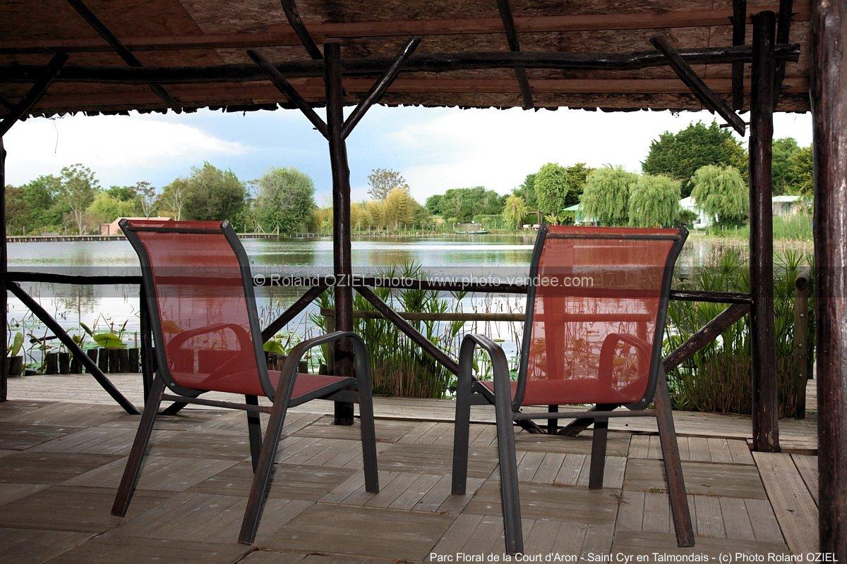 Kiosque avec fauteuil vue sur tang parc floral de la for 1 maison parc court