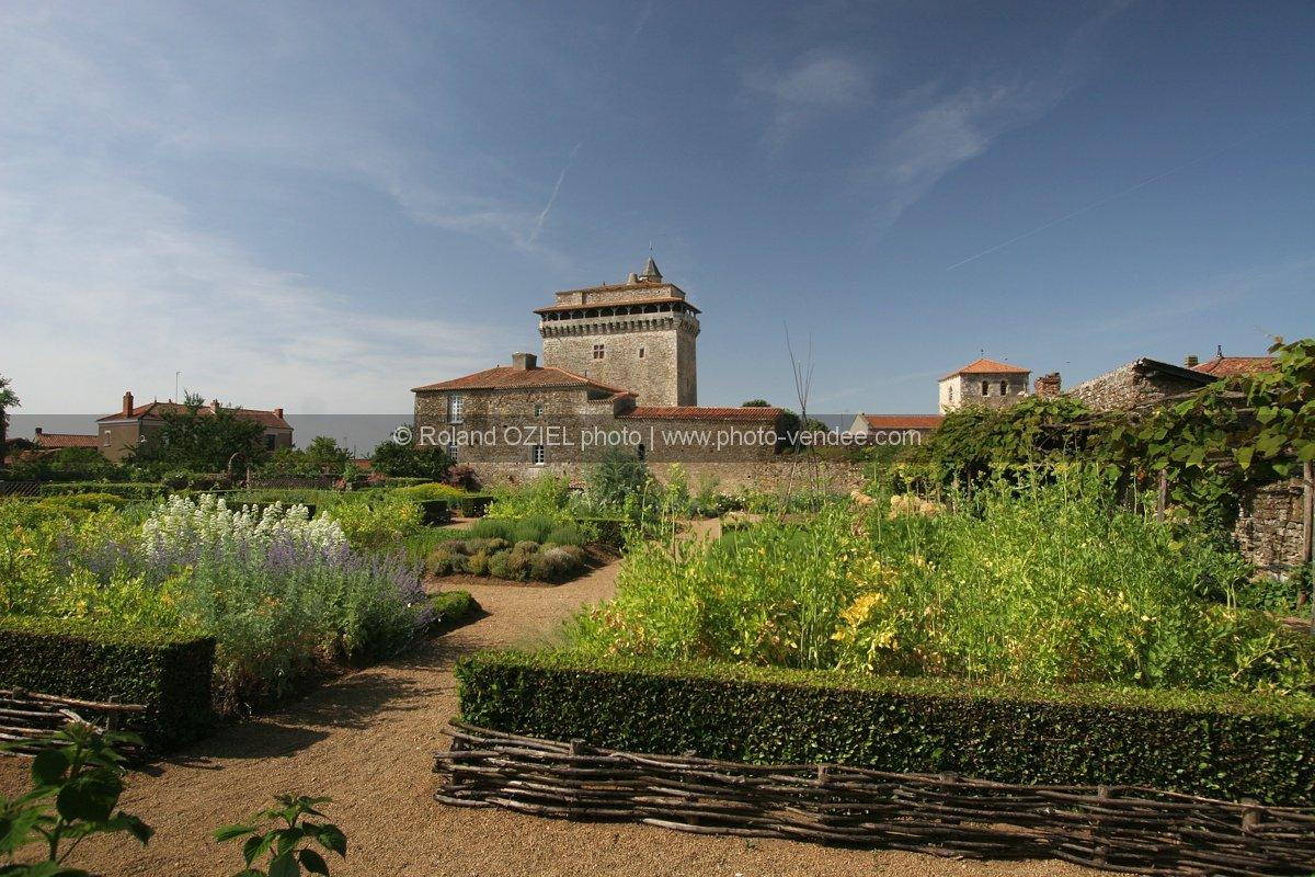 Photo du donjon de bazoges et de son jardin m di val for Jardin medieval