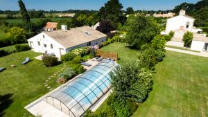 Photo aérienne par perche de la piscine privée d'un gîte